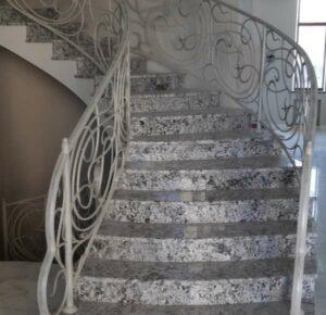 granit 300x290 - Гранитные лестницы, ступени: достоинства, разновидности