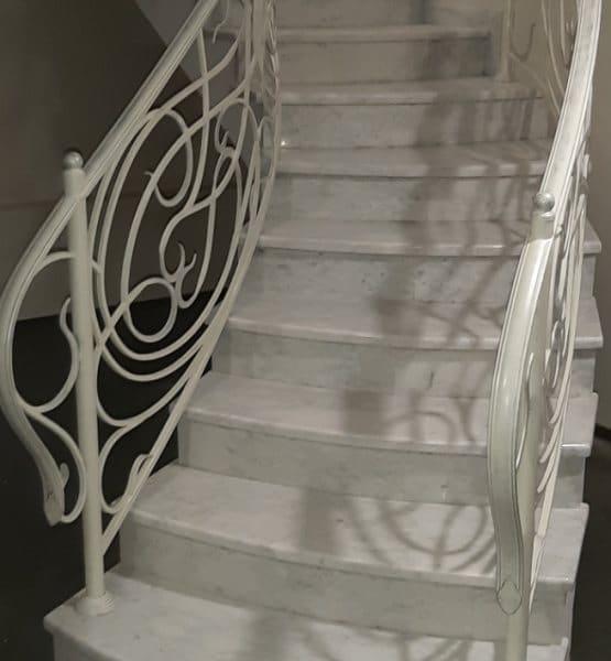 Мраморные лестницы: использование в интерьере, преимущества